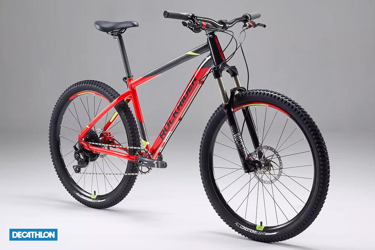 Una bicicletta Rockrider ST 900 di 3/4 rossa