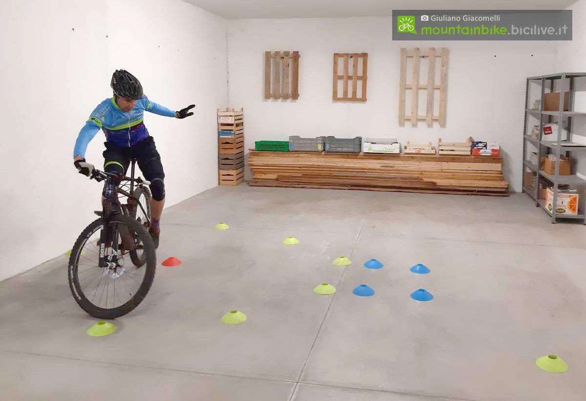 Rider esegue l'esercizio del cerchio con una mano