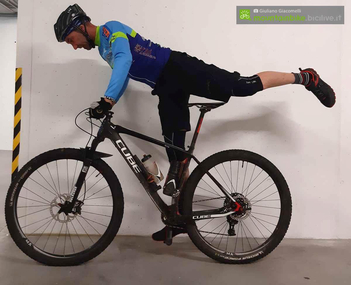Rider si esercita scendendo dalla mtb in stile ciclocrosss.