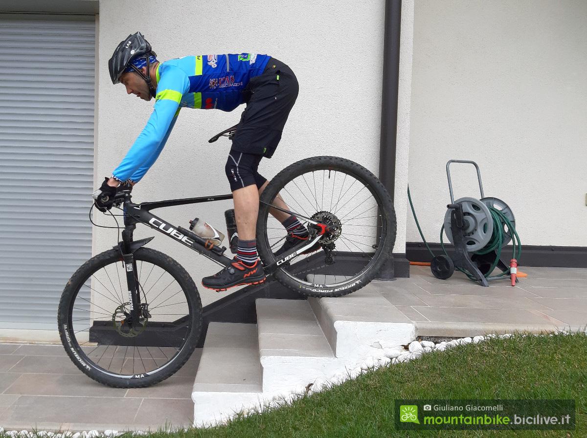 Esercizi in bici di discesa da gradini