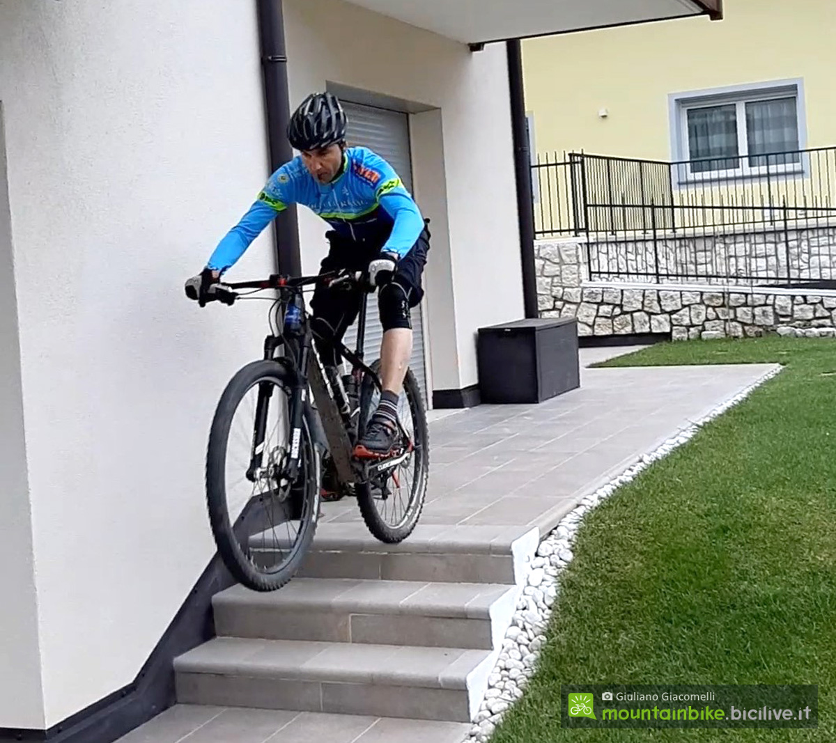 Ciclista mtb esegue il salto di una serie di gradini