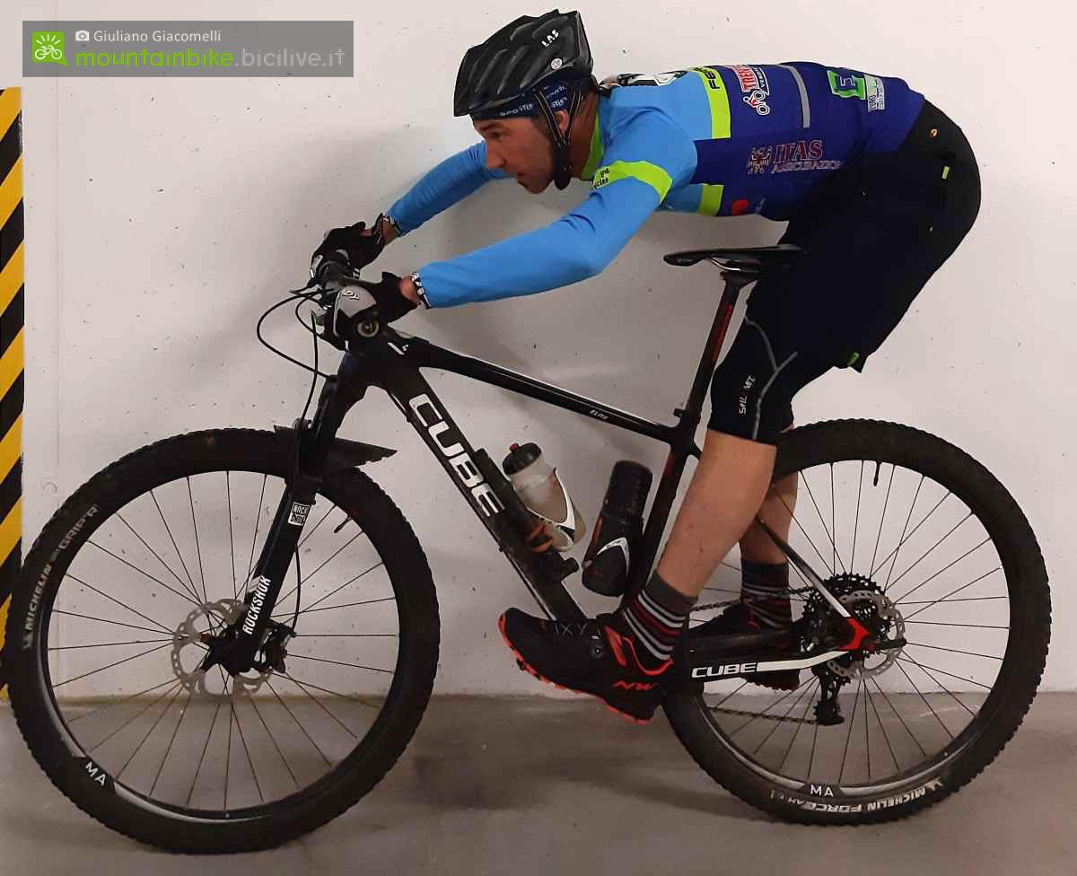 Esercizio in mountain bike: il fuorisella