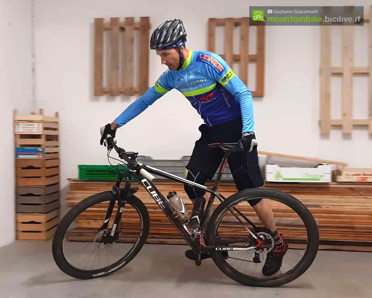 Rider esegue un esercizio di conduzione bici con una mano e un piede