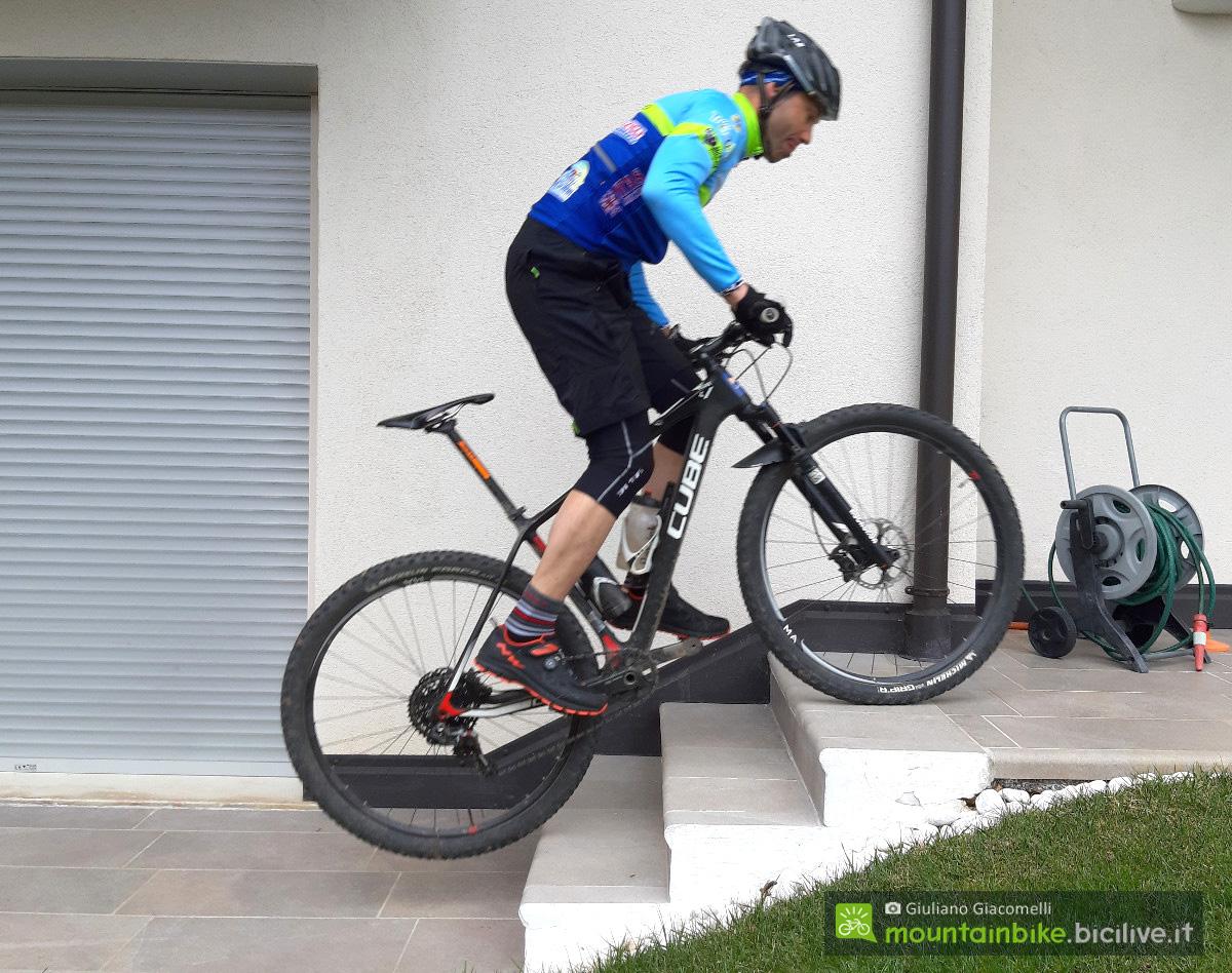 Un rider mtb si esercita salendo dei gradini