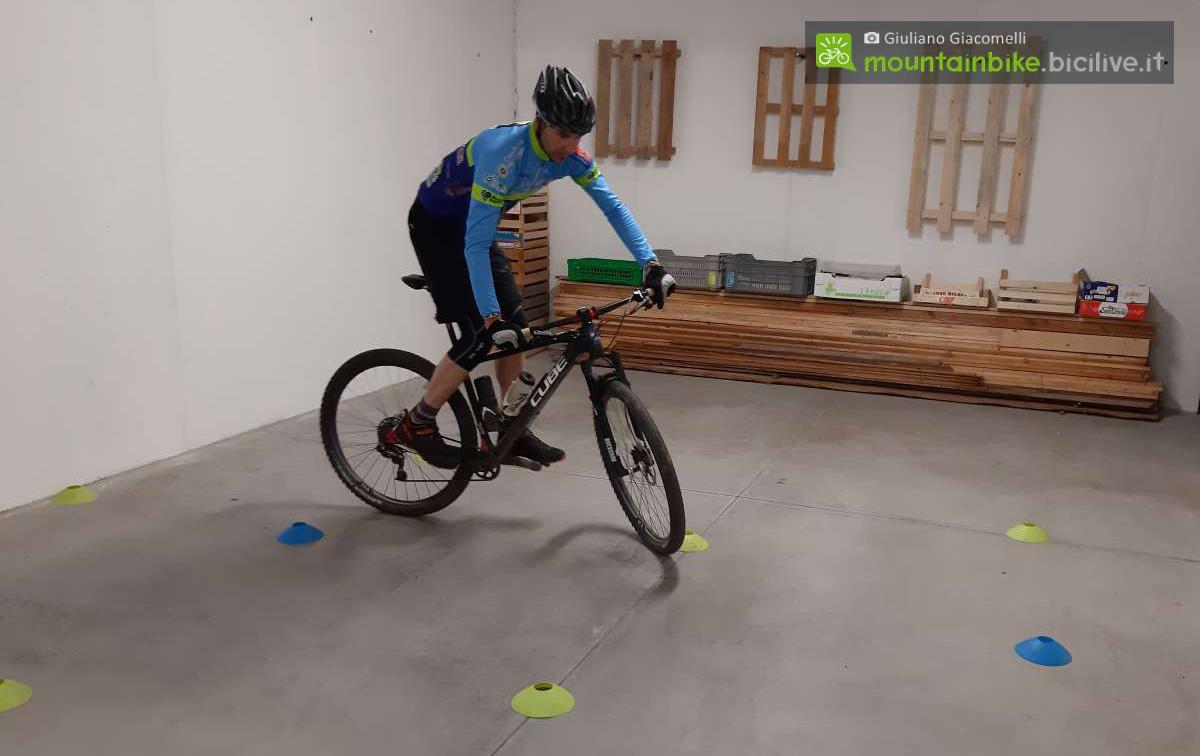 Rider esegue un esercizio stando in piedi sui pedali della mountain bike