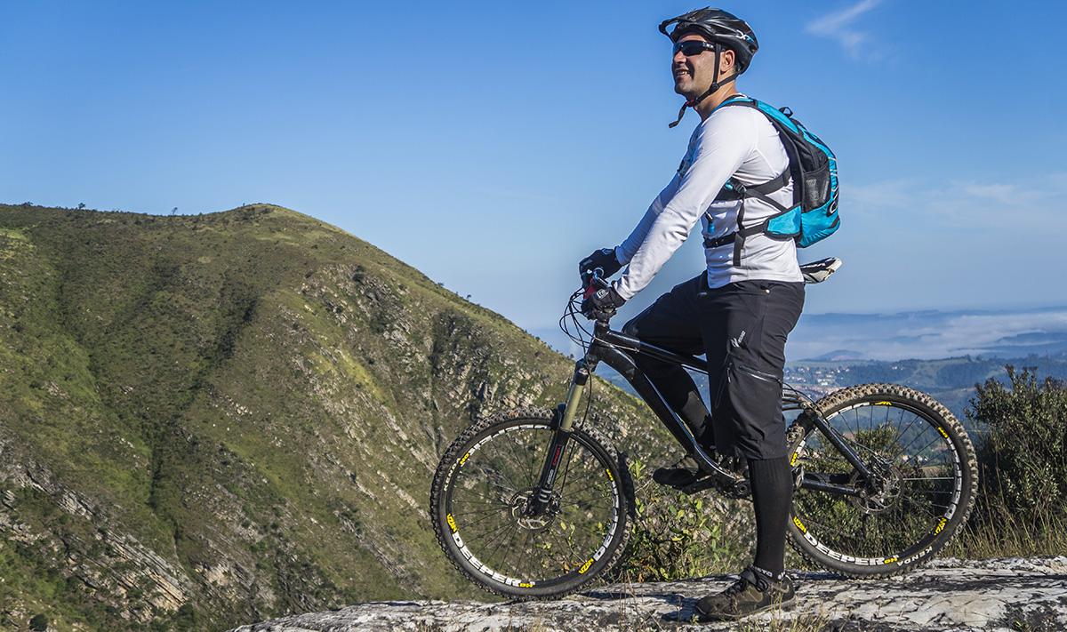 Un ciclista che indossa occhiali mentre guarda il panorama