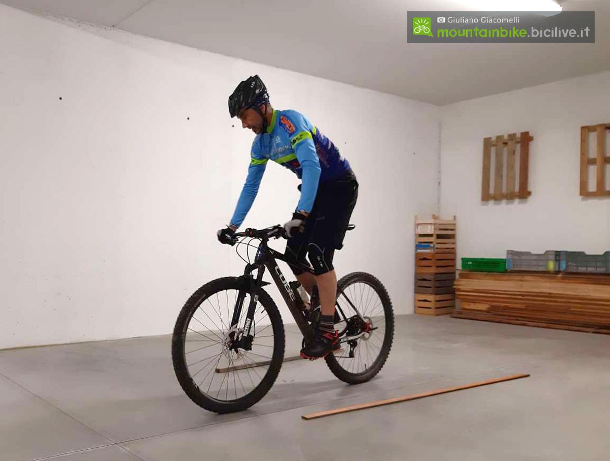 L'esercizio del surplace eseguito con due mani limitando lo spazio con delle assi