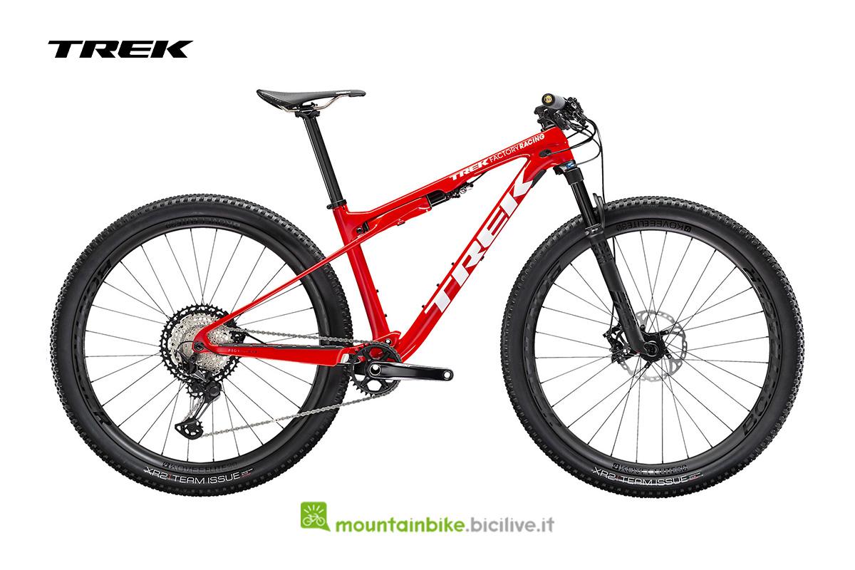 bicicletta Supercaliber 9.8 XT  di profilo rossa con particolari bianchi
