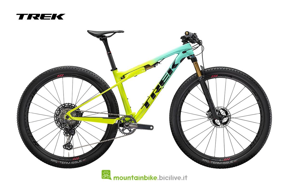 una bike Supercaliber 9.9 XTR di colore giallo acido e verde acqua con dettagli neri