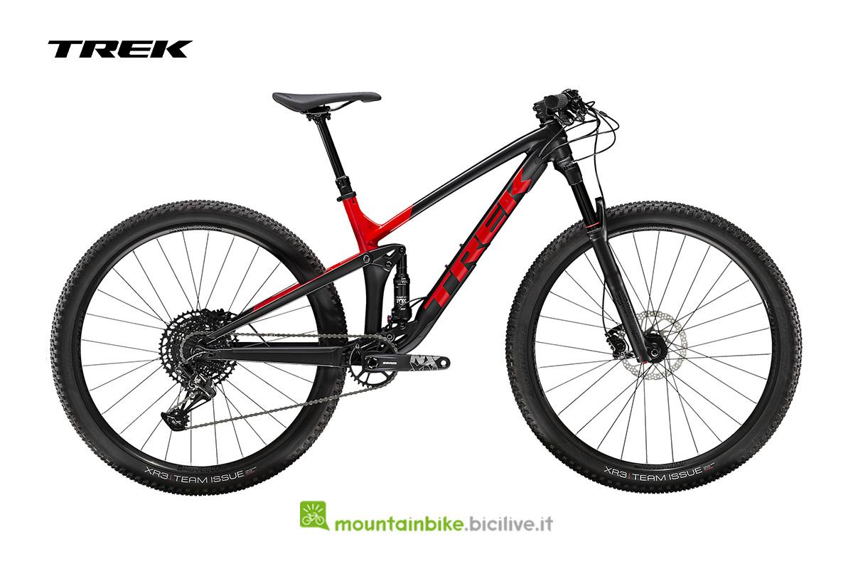 una Top Fuel 8 vista di profilo nera con particolari rossi