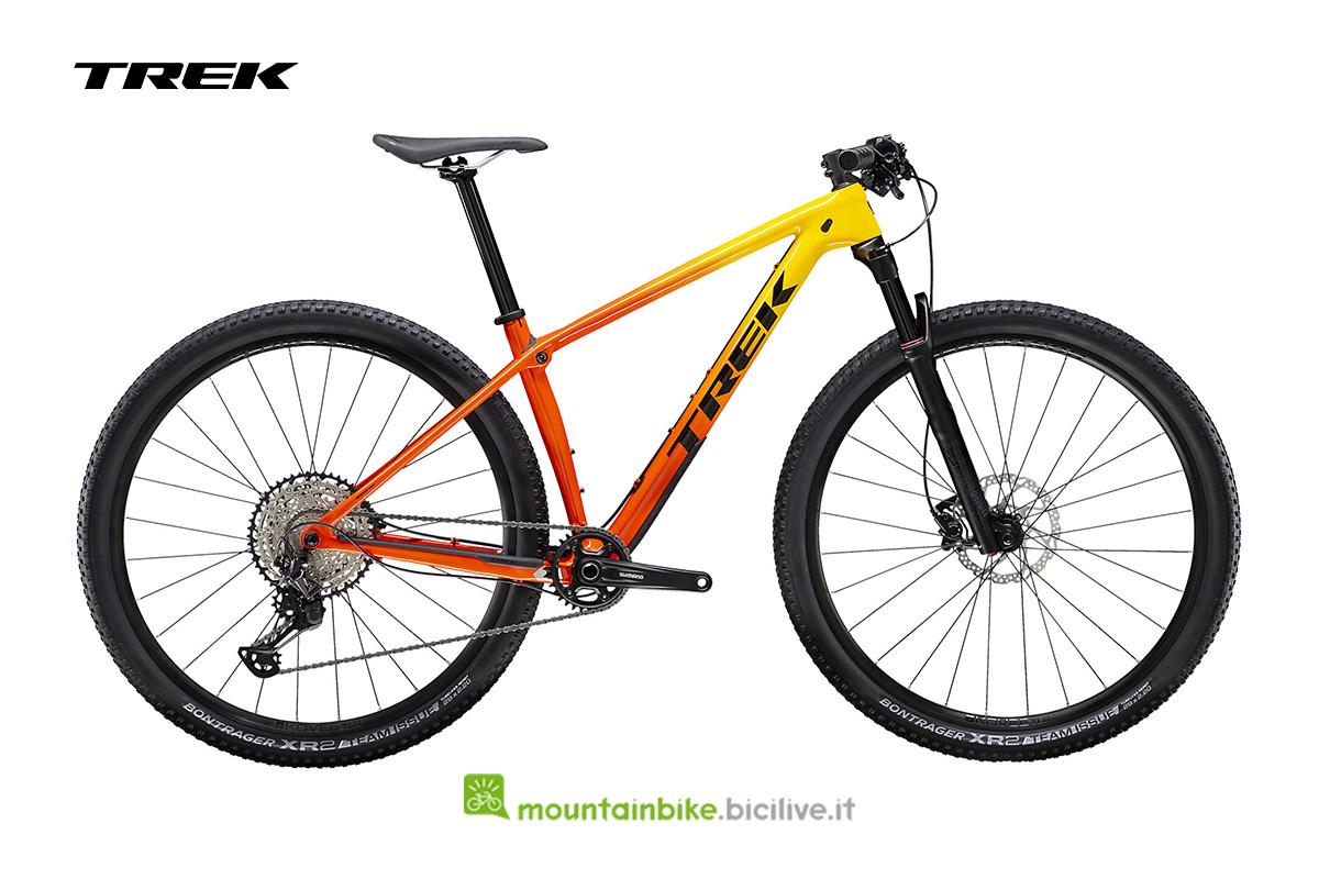 una bici Procaliber 9.6 di profilo di colore giallo/arancio con dettagli nero
