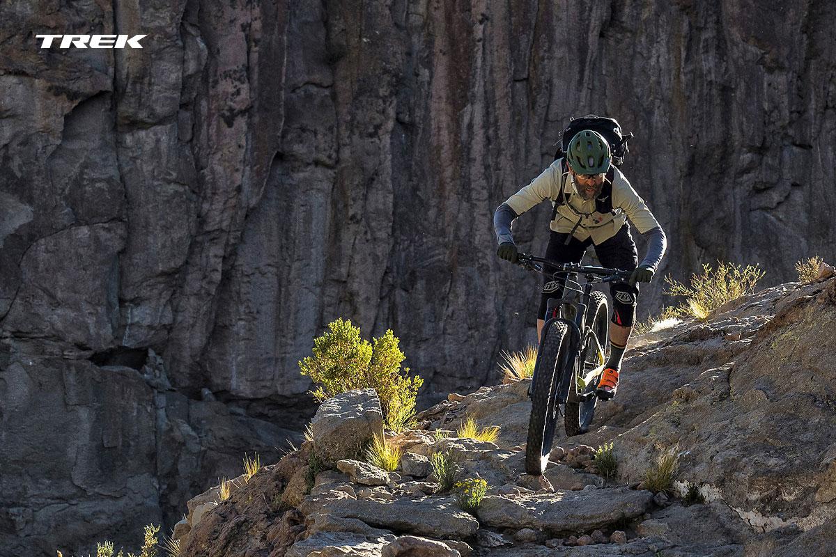foto action di un ciclista su un sentiero di montagna