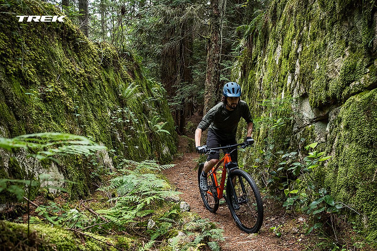 Foto action di un bikerin un bosco