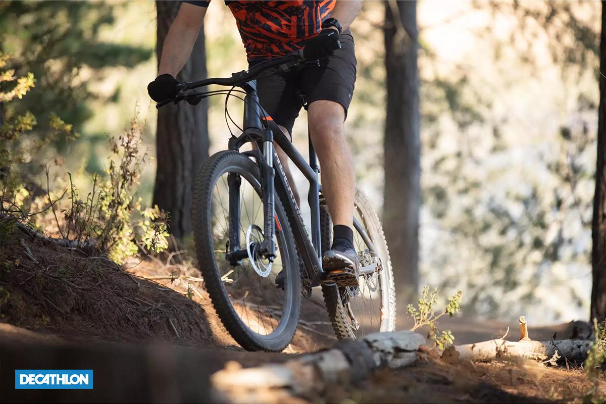 bici MTB Rockrider 0ST 900 in primo piano in un bosco