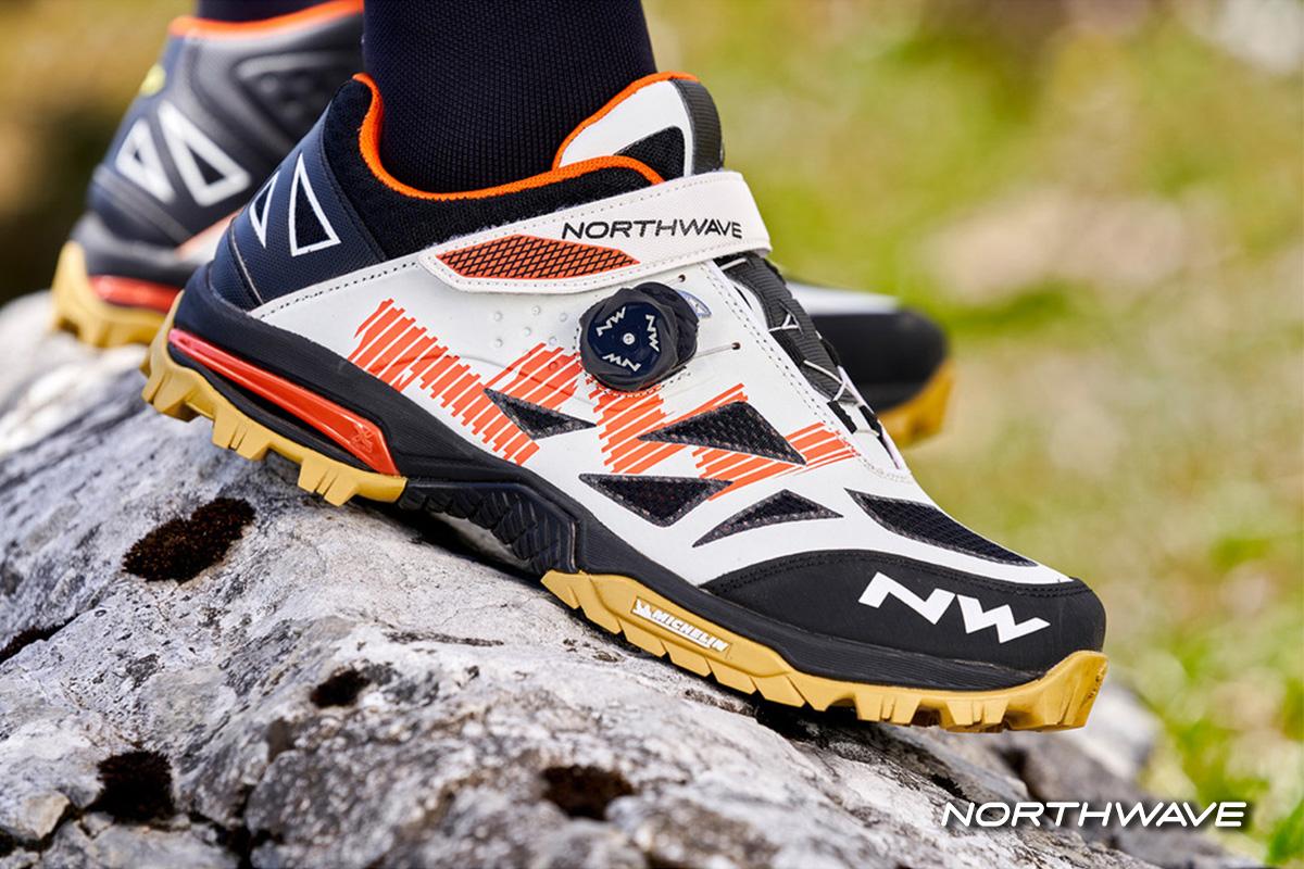 foto ambientata di una scarpa enduro mid action su una roccia