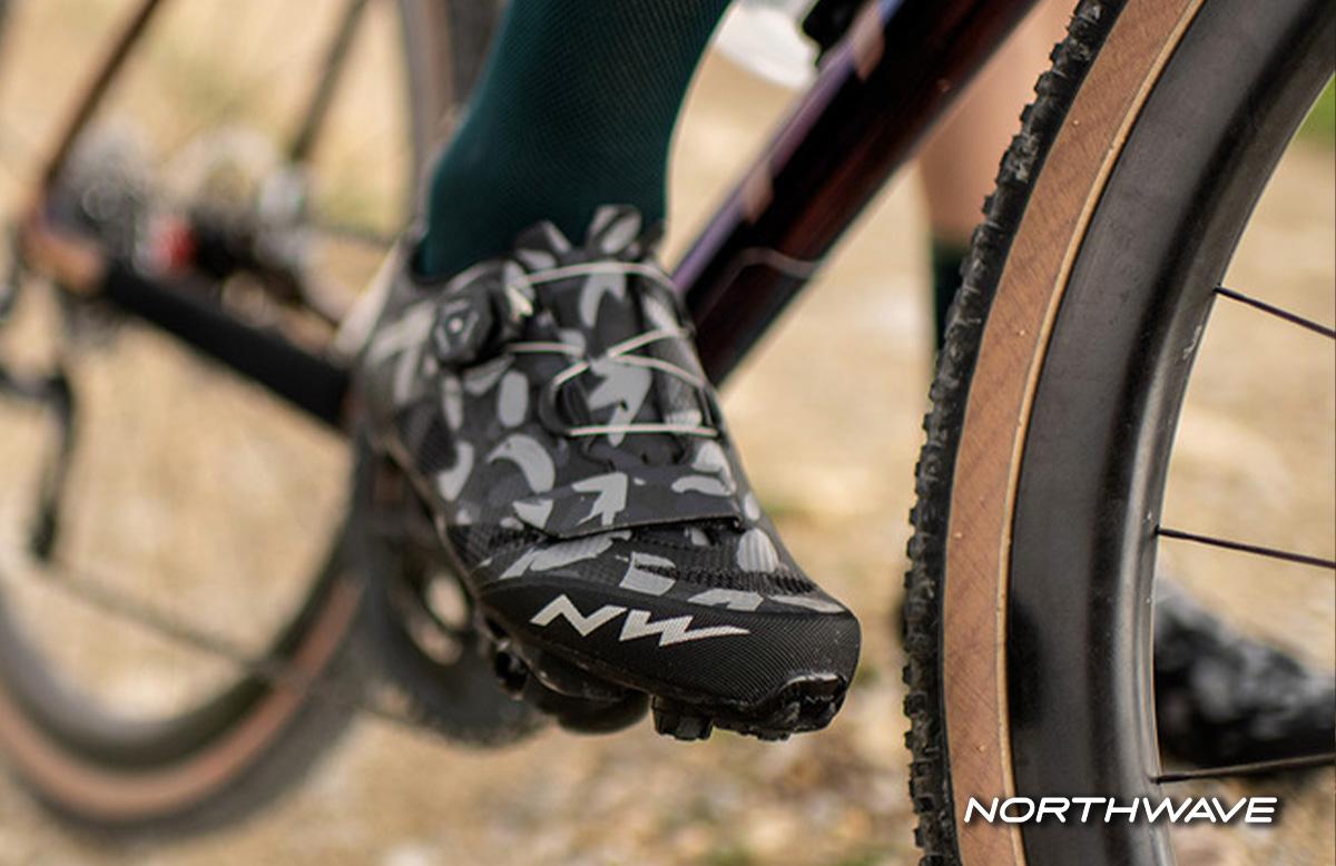 una scarpa notrhwave razer con colarione mimetica ambientata