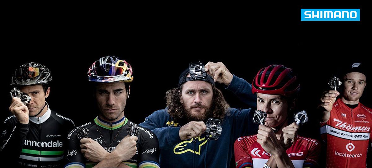 foto di un gruppo di rider professionisti che mostrano alcuni modelli di pedale