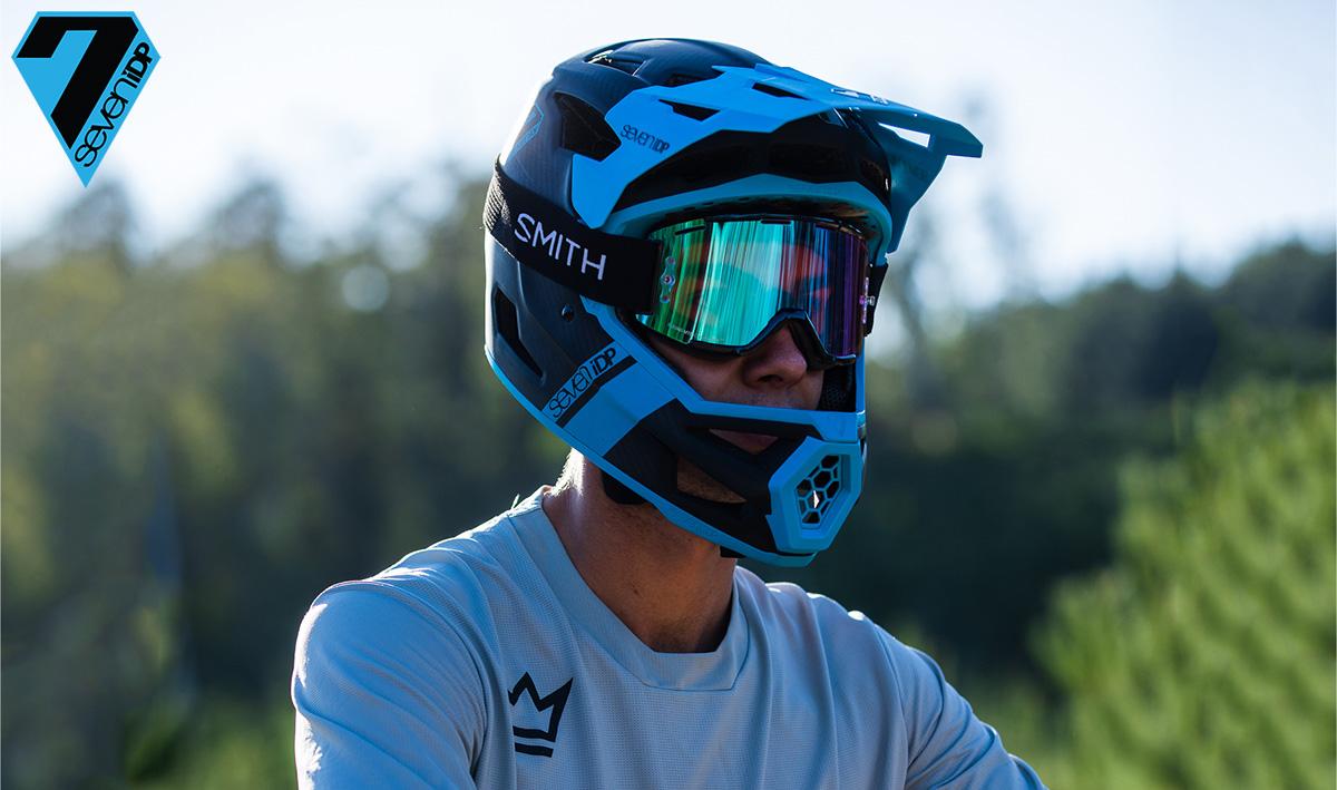 Rider mtb indossa il casco integrale Seven iDP Project.23