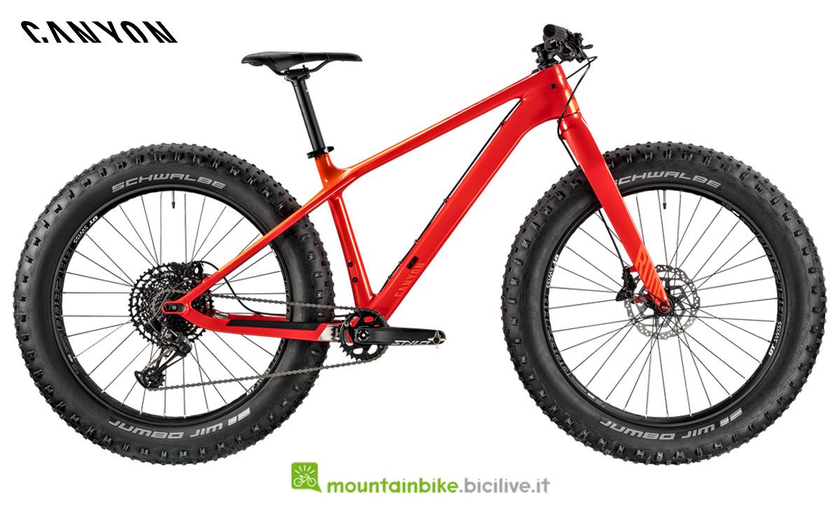 Una fat Canyon Dude CF 8.0 rossa di profilo