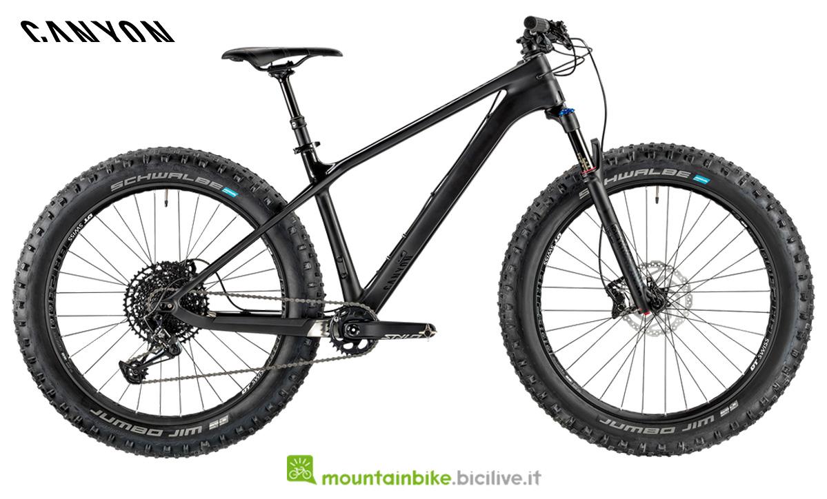 Una fat bike Canyon Dude CF 8.0 Trail di profilo