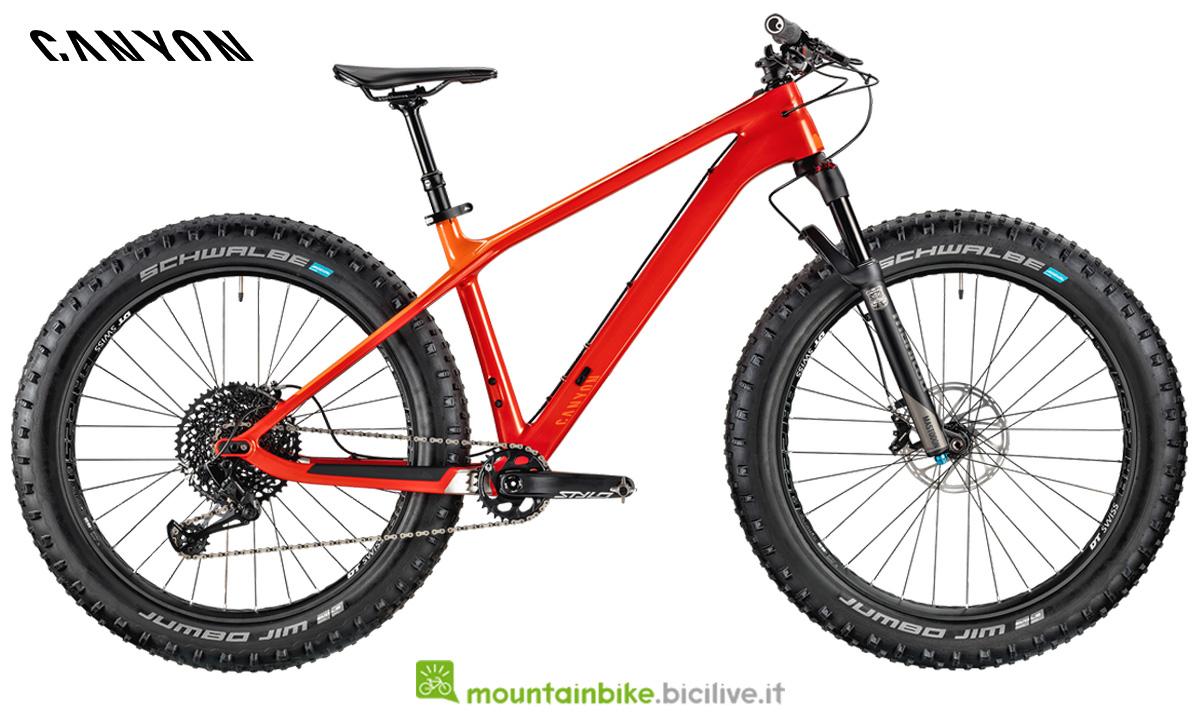 Una mountainbike fat Canyon Dude CF 9.0 Trail di profilo