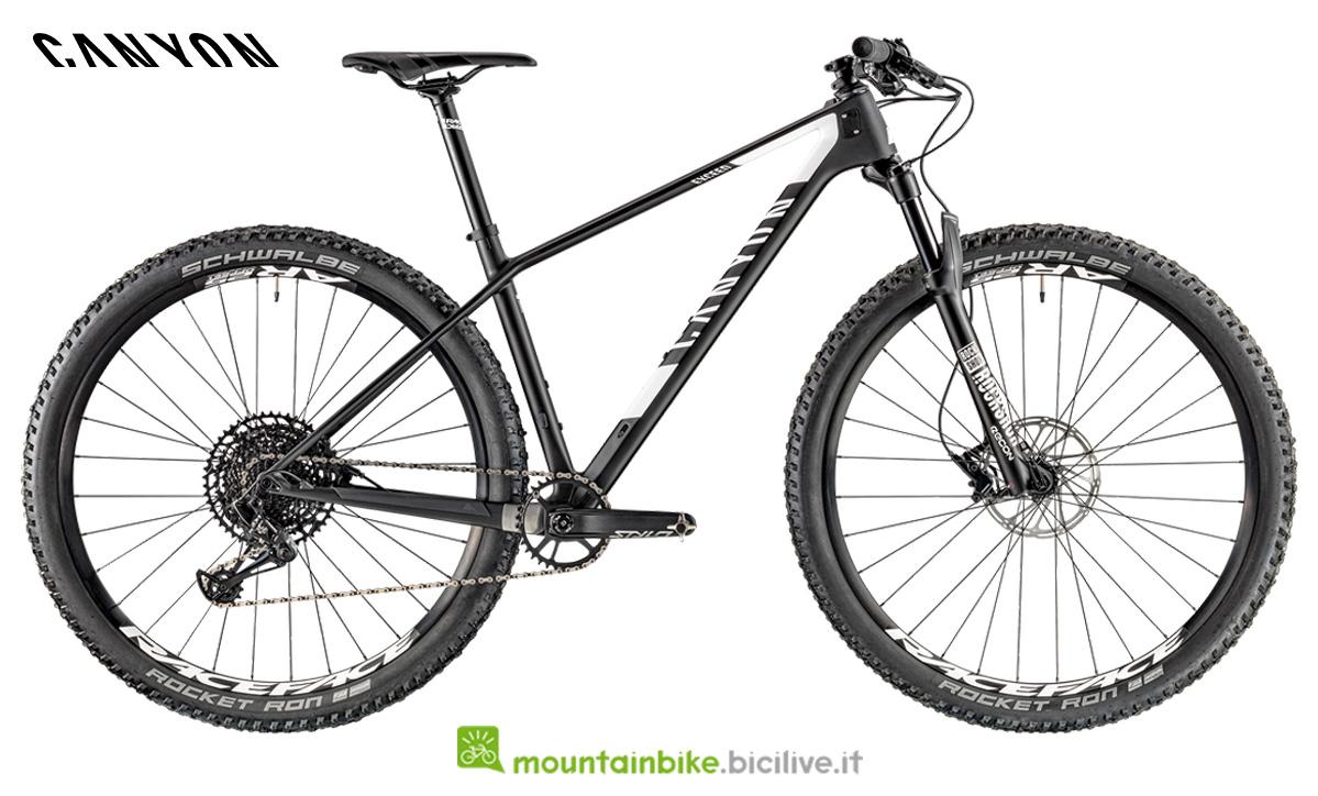 Una mountain bike Canyon Exceed CF SL 5.0 di profilo