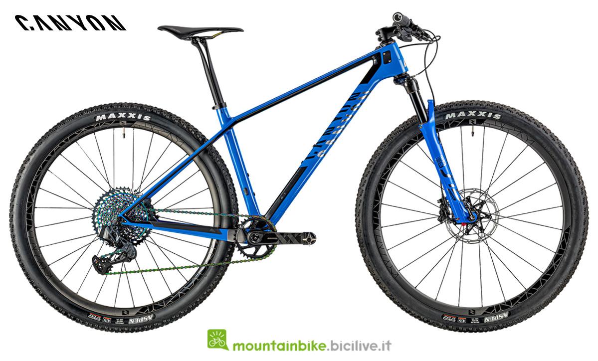 Una bicicletta Canyon Exceed CF SLX 9.0 Race LTD vista di lato
