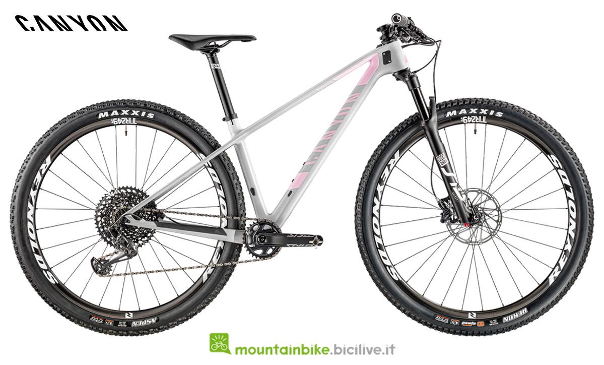 Una bicicletta Canyon Exceed WMN CF SL 7.0 di profilo