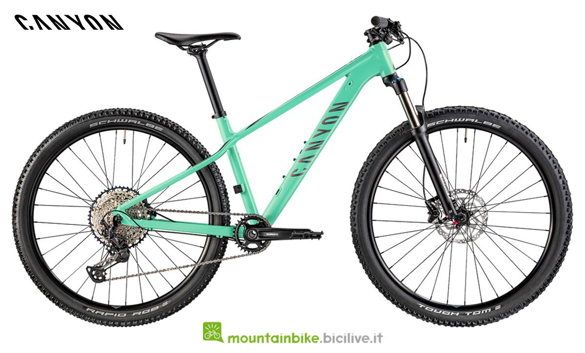 Una bicicletta Grand Canyon WMN AL 6.0 di lato