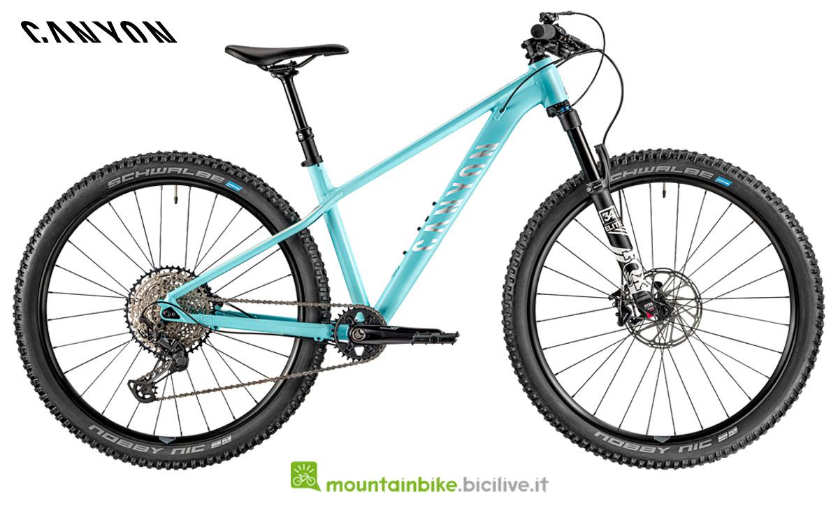 Una bicicletta Grand Canyon WMN AL SL 9.0  di lato