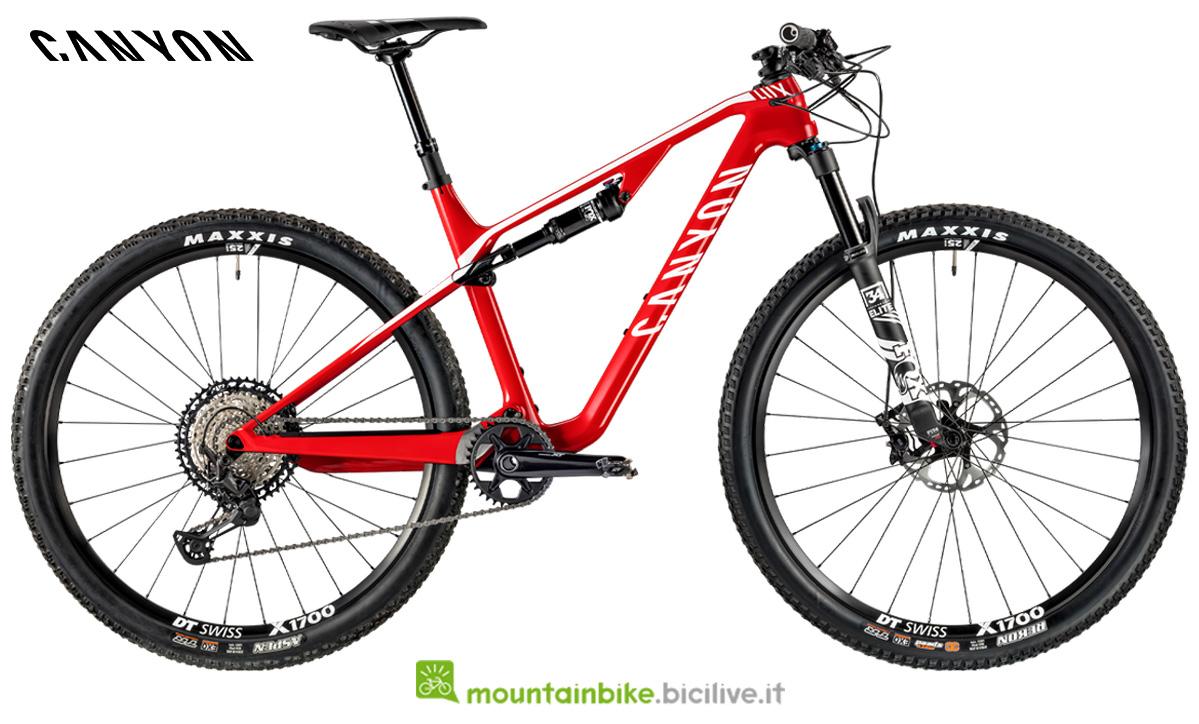 Una bicicletta Canyon Lux CF SL 7.0 di lato