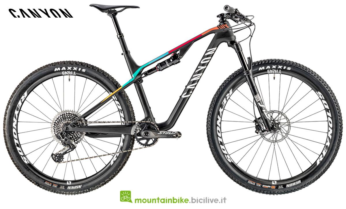 Una mountain bike Canyon Lux CF SL 8.0 di lato