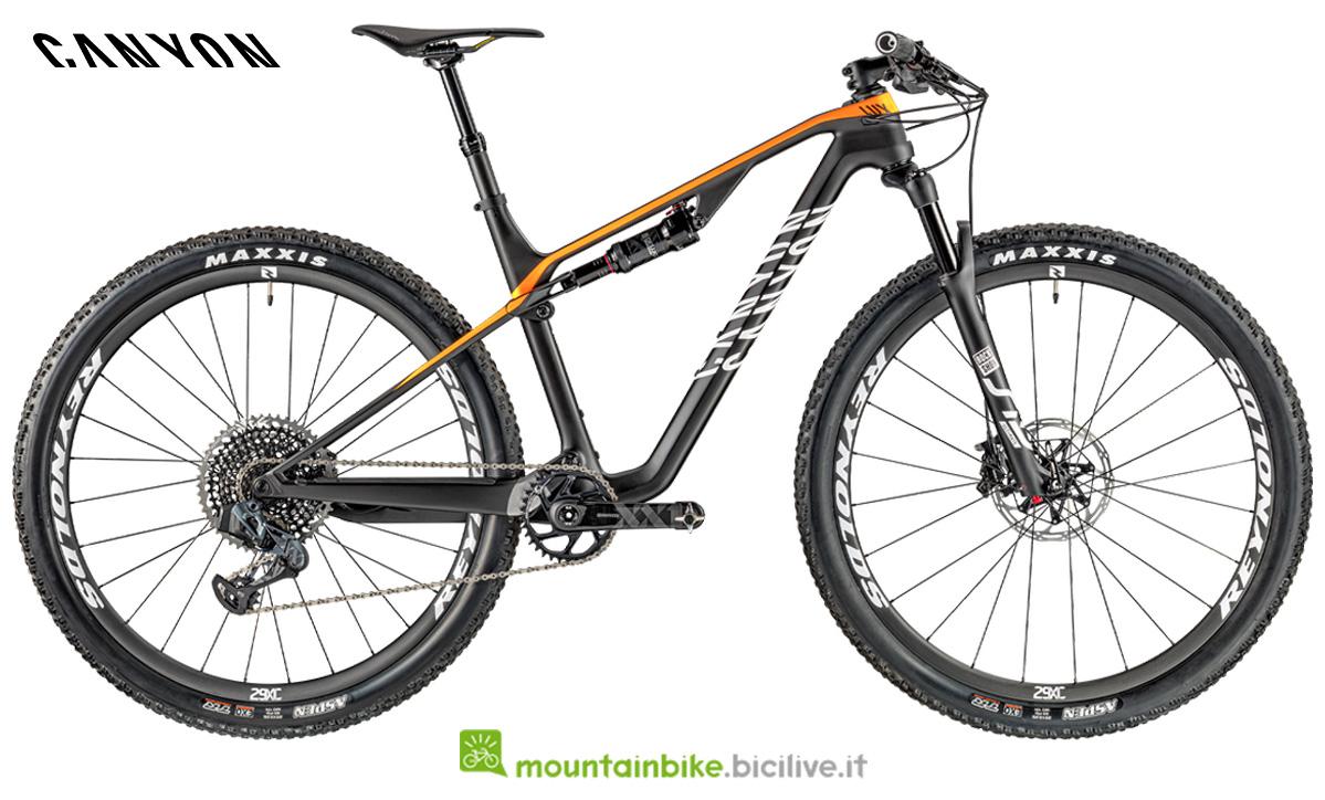 Una mtb Canyon Lux CF SLX 9.0 Race Limited di profilo