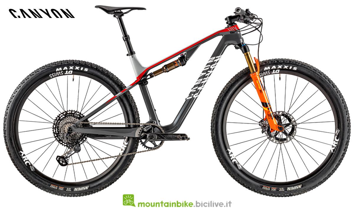 Una mountain bike Lux CF SLX 9.0 Team di lato