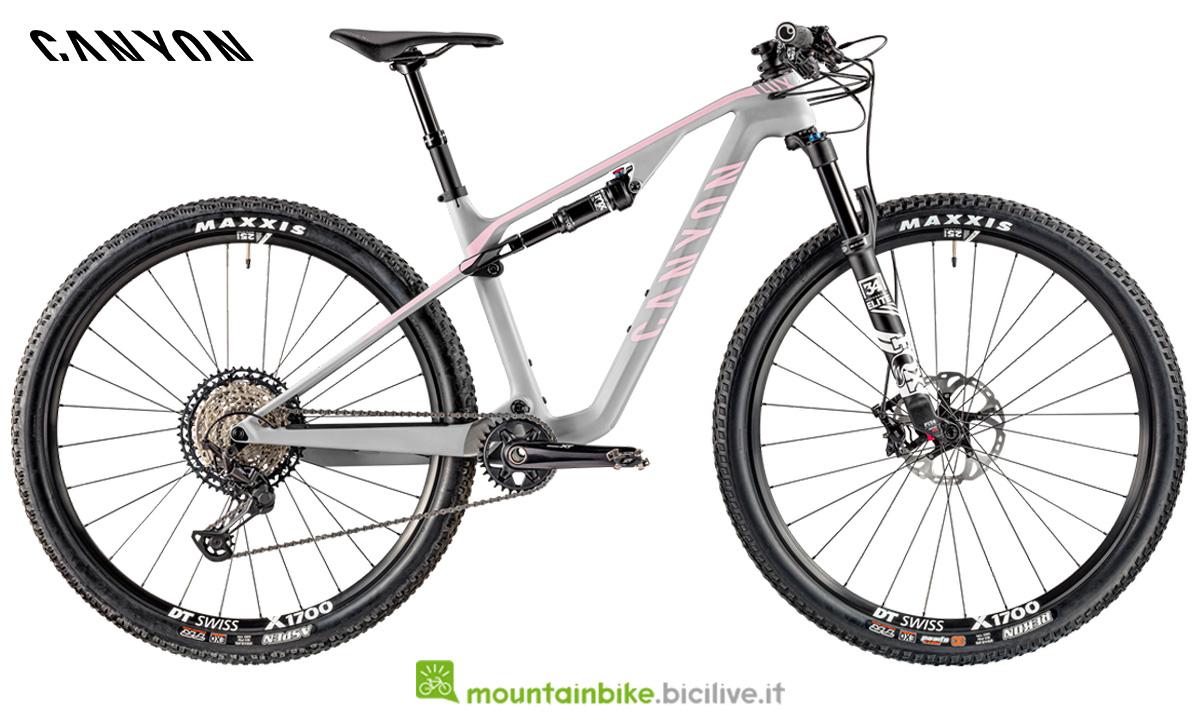 Una mountain bike Canyon Lux WMN CF SL 7.0 di profilo