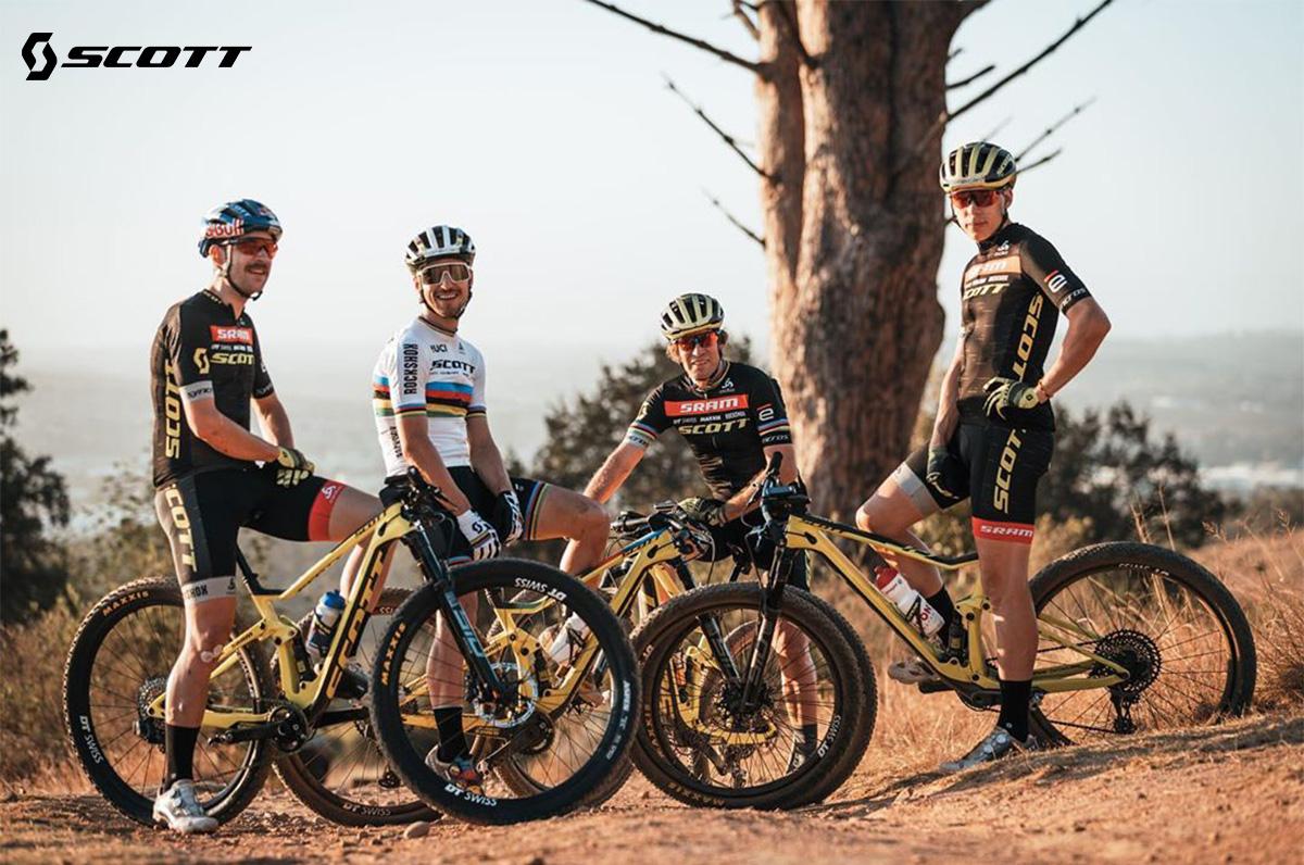 Acuni membri del team Scott in sella a mountain bike