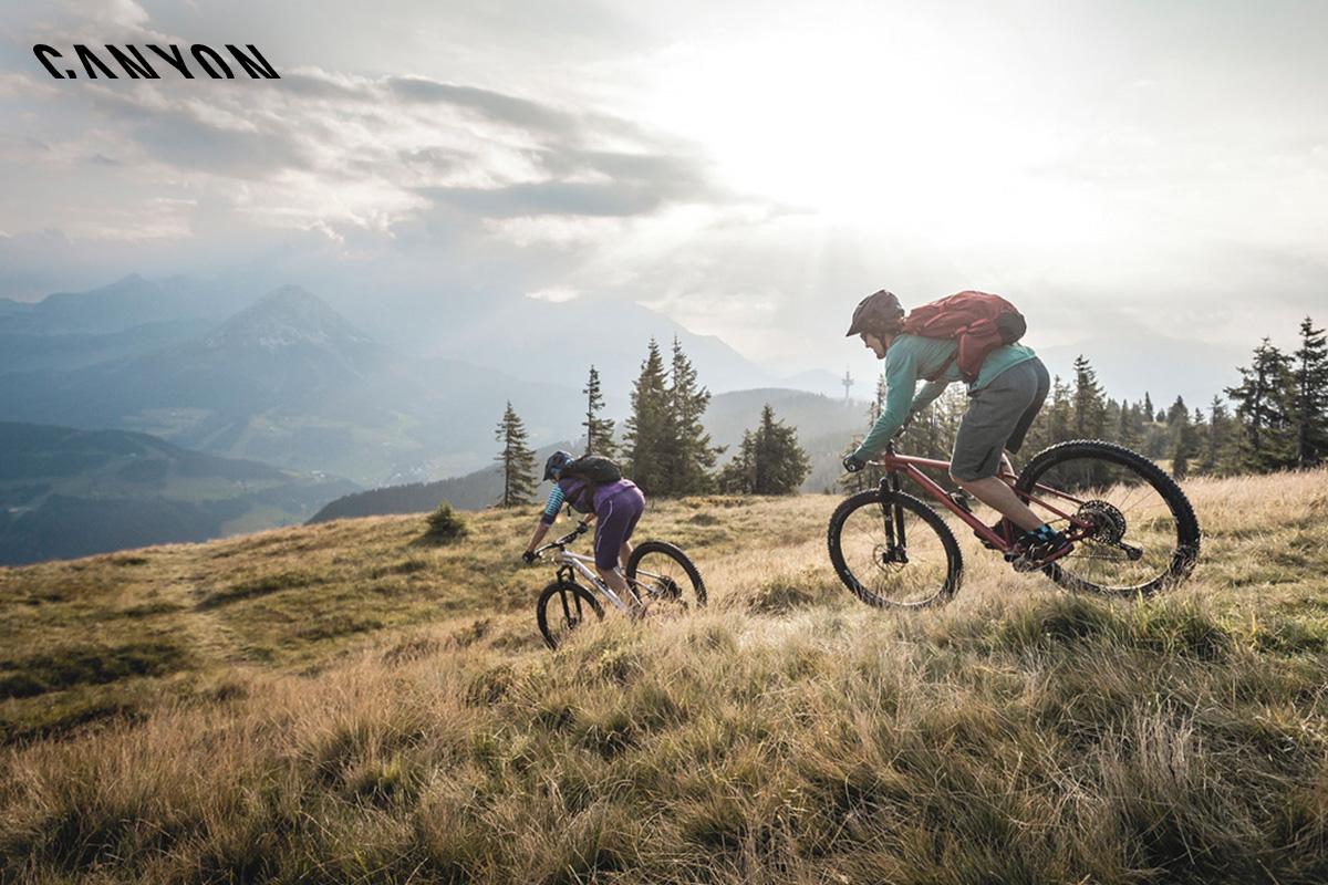 foto action di due bici gran canyon in un prato