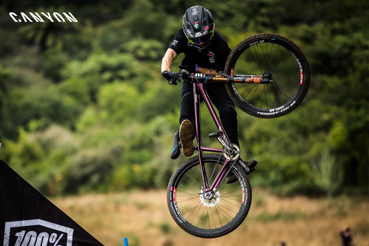 Una bici della linea Stitched 2020 di Canyon in azione