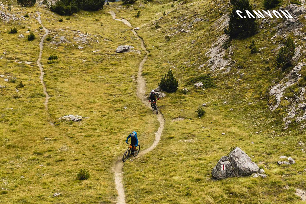 foto action di due bici su una collina