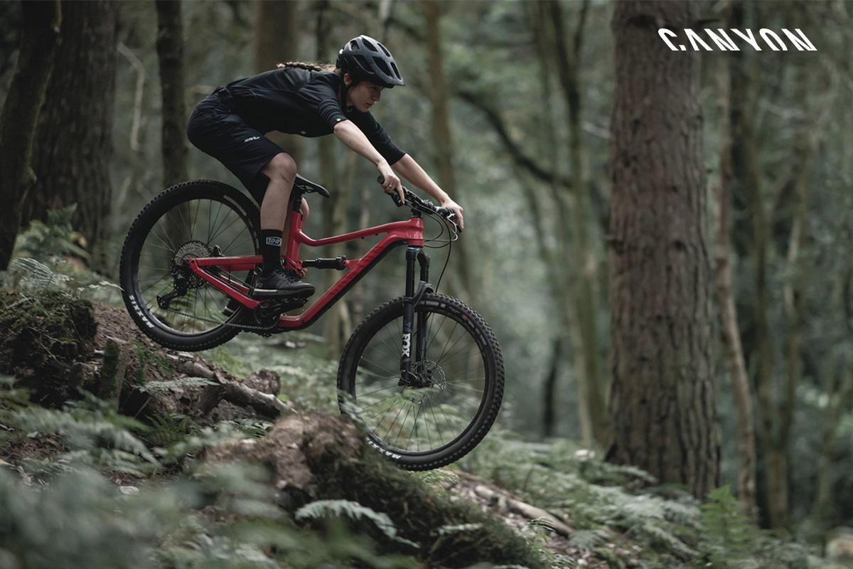 Una mountain bike Spectral 7 in azione