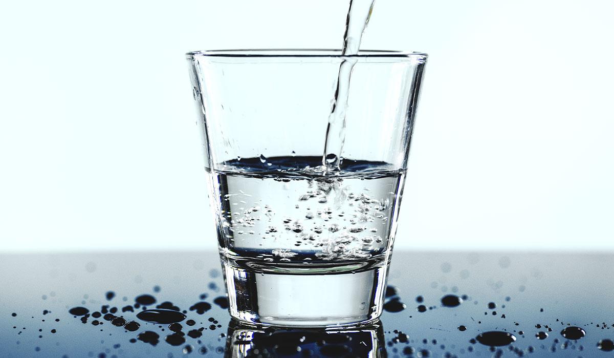 Un bicchiere d'acqua