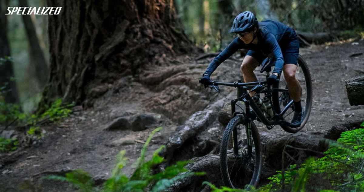 Una rider si scatena in discesa in sella a una bici Specialized Epic Evo 2021