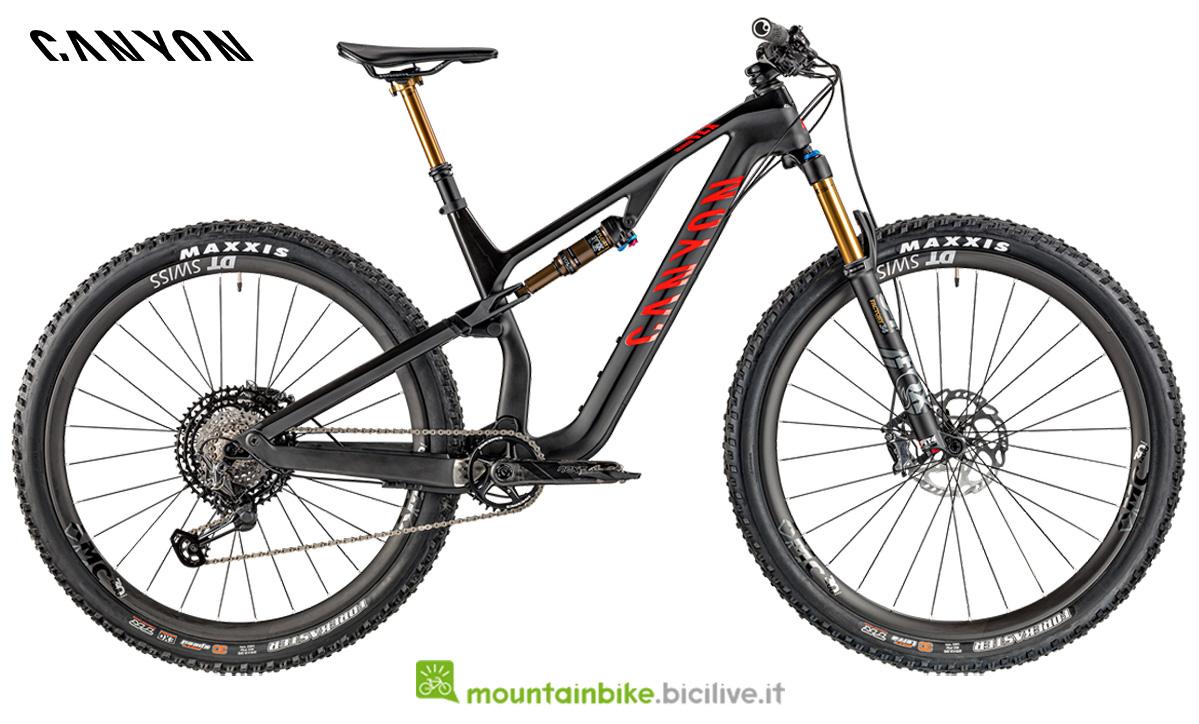 Una mountain bike Canyon Neuron CF SLX 9.0 LTD di profilo
