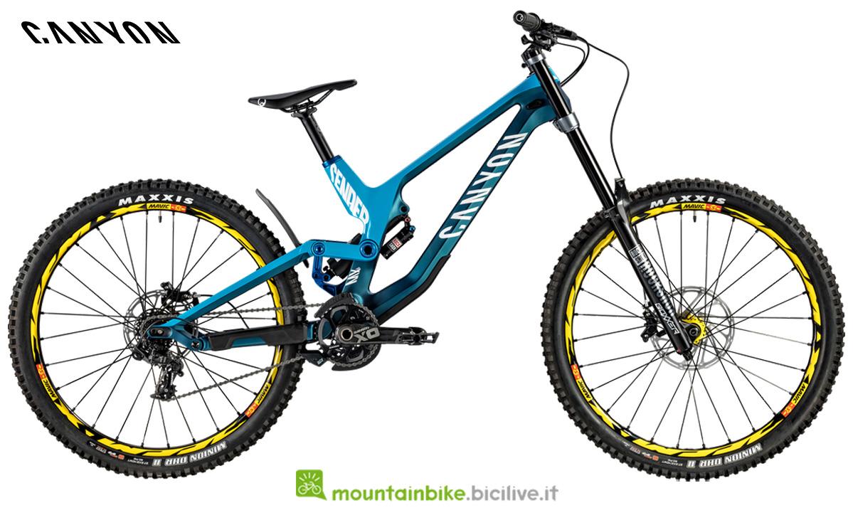 Una mountain bike Canyon Sender CF 9 Team blu