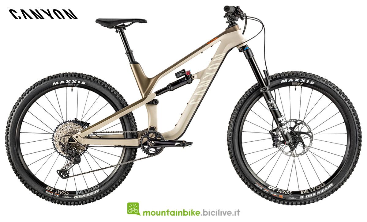 Una bici Canyon Spectral CF 8.0 vista di lato