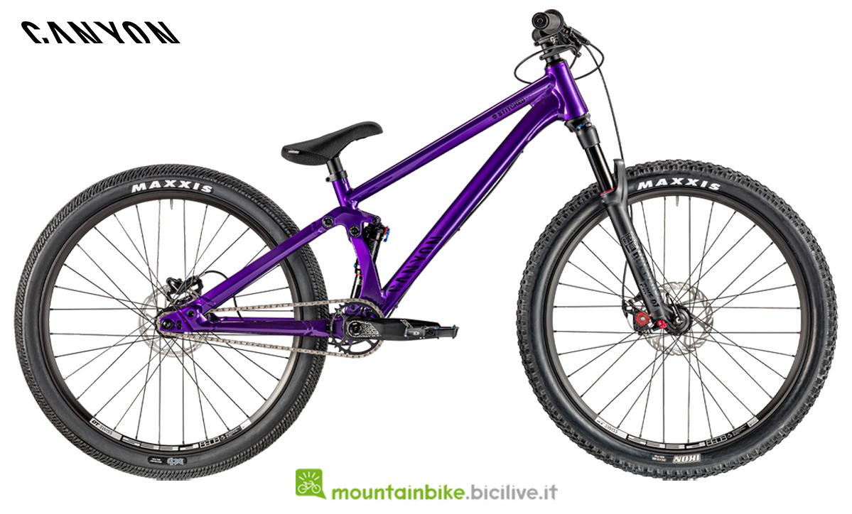 Una bici Canyon Stitched 720 di profilo