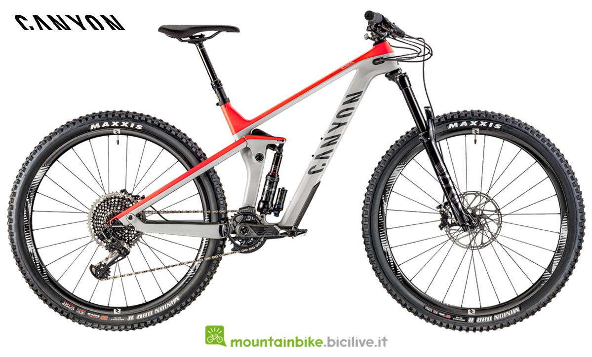 Una bici biammortizzata Canyon Strive CF 9.0 vista lateralmente