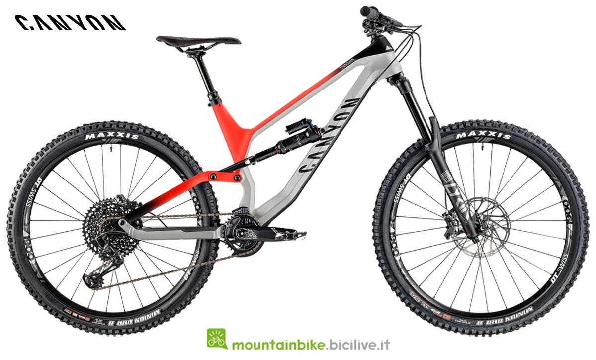 Una mountain bike full suspension Canyon Torque CF 7.0 di lato