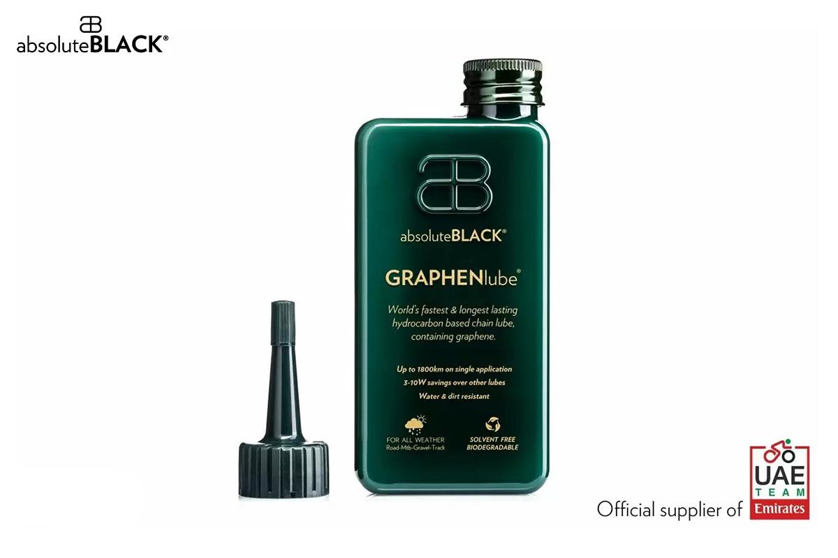 Una delle bottiglie del lubrificante Graphen Lube di Absolute Black con sponsor