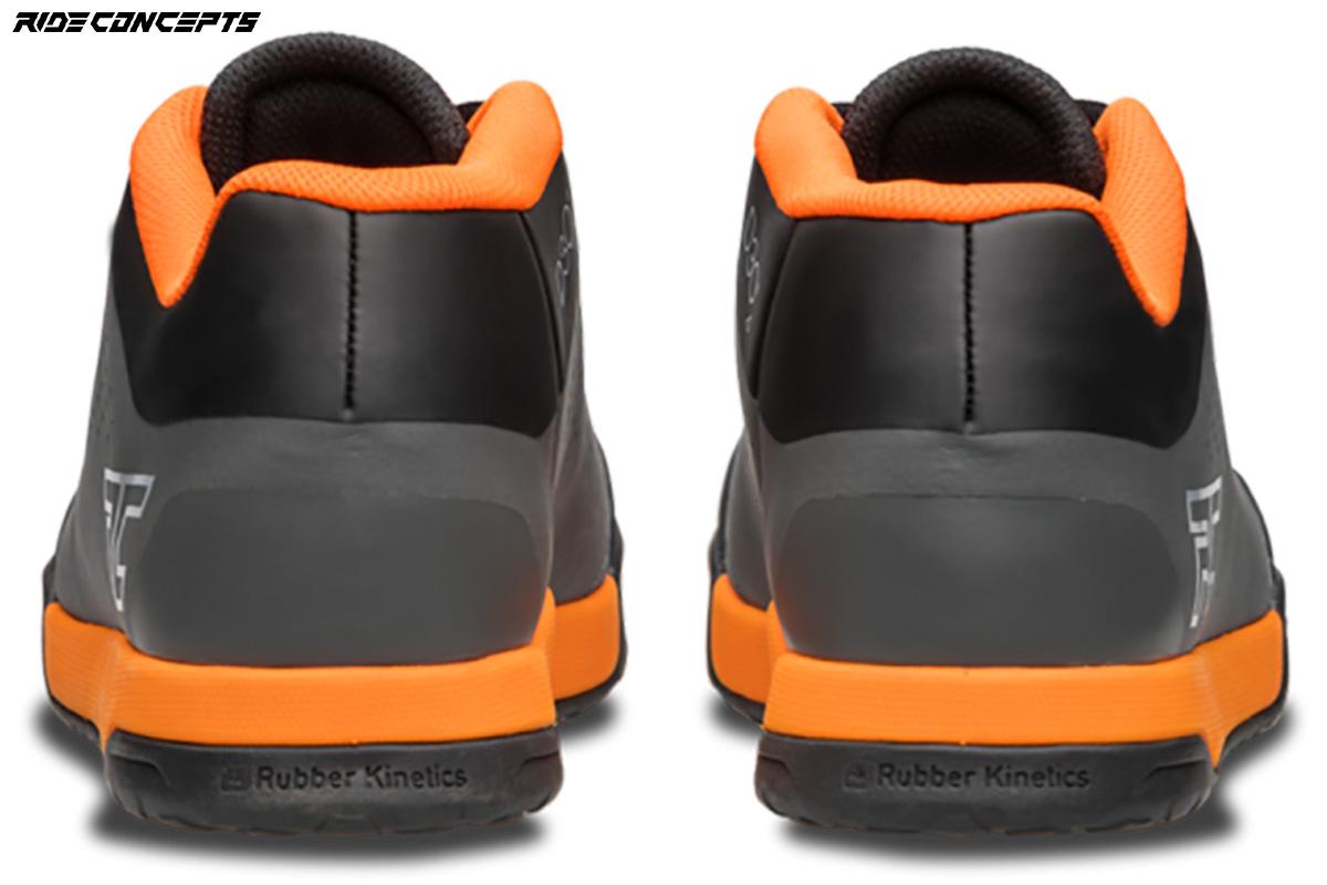 Vista posteriore di un paio di scarpe per mtb Ride Concepts Powerline 2020 colorazione grigio e arancio